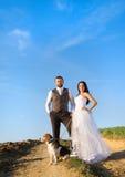 Brud och brudgum med hunden Royaltyfri Fotografi