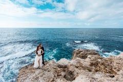 Brud och brudgum nära havet Arkivbild