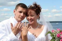 Brud och brudgum på bakgrund för blå himmel Fotografering för Bildbyråer