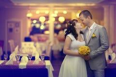 Brud och brudgum på bröllopbanketten Royaltyfri Bild