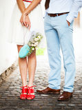 Brud och brudgum på bröllopdagen som utomhus går på vårnaturen royaltyfri foto