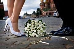 Brud och brudgum på den röda fyrkanten i Moskva Royaltyfri Fotografi