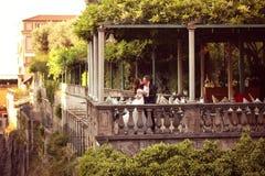 Brud och brudgum på den utomhus- restaurangen Royaltyfri Fotografi