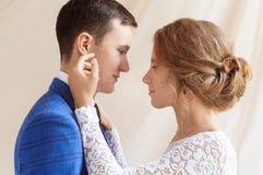 Brud och brudgum på deras bröllopdag royaltyfri foto