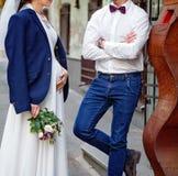 Brud och brudgum på deras bröllopdag utomhus Bröllopbukett i hand för brud` s Arkivfoto