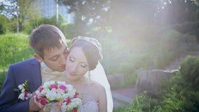 Brud och brudgum på en parkera på deras bröllopdag lager videofilmer