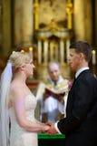 Brud och brudgum på kyrkan Royaltyfri Bild