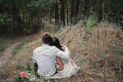 Brud och brudgum på naturleende Royaltyfri Fotografi