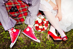 Brud och brudgum på röda skor Royaltyfri Bild