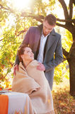 Brud och brudgum på brölloptabellen Utomhus- inställning för höst Royaltyfri Foto