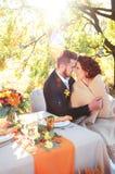 Brud och brudgum på brölloptabellen Utomhus- inställning för höst Arkivfoton