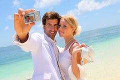 Brud och brudgum på stranden Arkivbilder