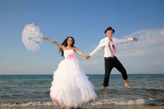Brud och brudgum på stranden Royaltyfri Foto