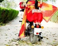 Brud och brudgum Ride på den kalla cykeln royaltyfria bilder