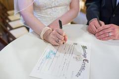 Brud och brudgum Sign Wedding License Royaltyfri Foto