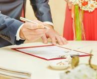 Brud och brudgum Signing Marriage Certificate Arkivbild