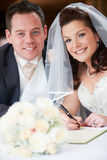 Brud och brudgum Signing Wedding Register Arkivfoton