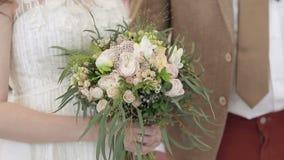 Brud och brudgum som är nära upp på bröllopceremoni stock video