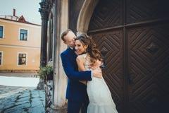 Brud och brudgum som ömt kysser Royaltyfri Fotografi