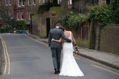 Brud och brudgum som bort går Royaltyfria Bilder