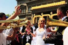 Brud och brudgum som dansar till rytmen av mässingsmusikbandorkesteren Arkivbilder