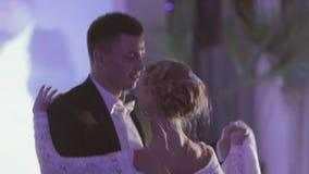 Brud och brudgum som dansar valsen stock video