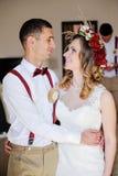 Brud och brudgum som fondly ser av varje annan Royaltyfri Bild