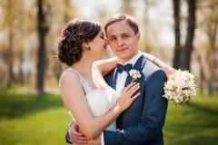 Brud och brudgum som går på floden fotografering för bildbyråer