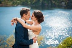 Brud och brudgum som går på floden royaltyfri foto