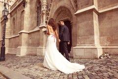 Brud och brudgum som går i staden Arkivfoton
