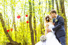 Brud och brudgum som har ett romantiskt ögonblick på deras utomhus- bröllopdag Fotografering för Bildbyråer