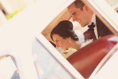 Brud och brudgum som har gyckel Arkivbilder