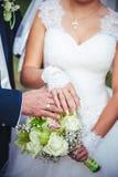Brud och brudgum som rymmer upp brud- bukettslut Royaltyfri Fotografi