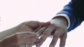 Brud och brudgum som utbyter vigselringar stock video
