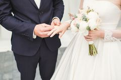 Brud och brudgum som utbyter vigselringar Stilfull parrepresentantceremoni Fotografering för Bildbyråer