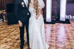 Brud och brudgum som utför den första dansen på mottagandet i restauran fotografering för bildbyråer