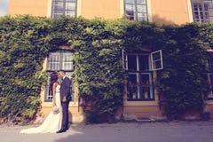 Brud och brudgum som utomhus poserar Royaltyfri Bild