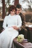 Brud och brudgum tillsammans Arkivbild