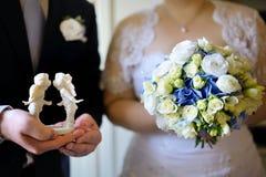 Brud och brudgum under bröllopceremonin Royaltyfri Fotografi