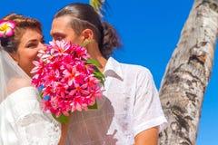 Brud och brudgum, ungt älska par, på deras bröllopdag, outd Arkivfoto