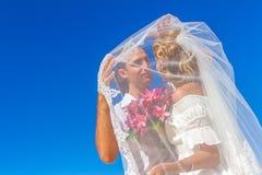 Brud och brudgum, ungt älska par, på deras bröllopdag, outd Arkivbild