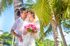 Brud och brudgum, ungt älska par, på deras bröllopdag, outd Arkivfoton