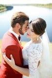 Brud och brudgum, utomhus- älskvärt par, flod i bakgrund Royaltyfria Bilder