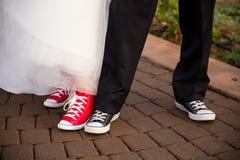 Brud och brudgum Wear Converse Fotografering för Bildbyråer
