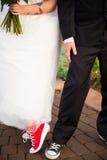 Brud och brudgum Wear Converse Arkivbild