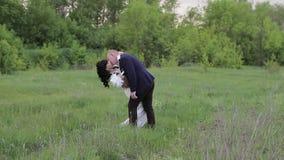 Brud- och brudgumbröllop parkerar in lager videofilmer