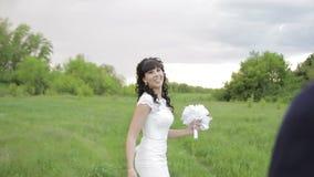 Brud- och brudgumbröllop parkerar in arkivfilmer