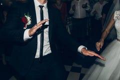 Brud- och brudgumdans och att ha gyckel gifta sig pardans på gifta sig arkivfoto