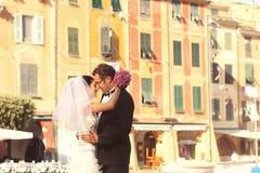 Brud- och brudgumförälskelse Royaltyfria Bilder