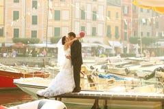 Brud- och brudgumförälskelse Royaltyfria Foton
